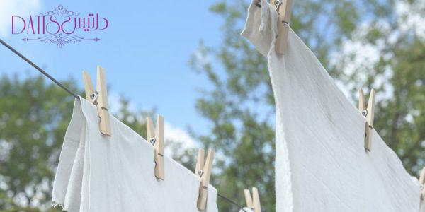 پهن کردن ملحفه ها روی بند رخت در فضای بیرون